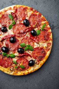 طرز تهیه پیتزا پپرونی با قارچ مرحله به مرحله