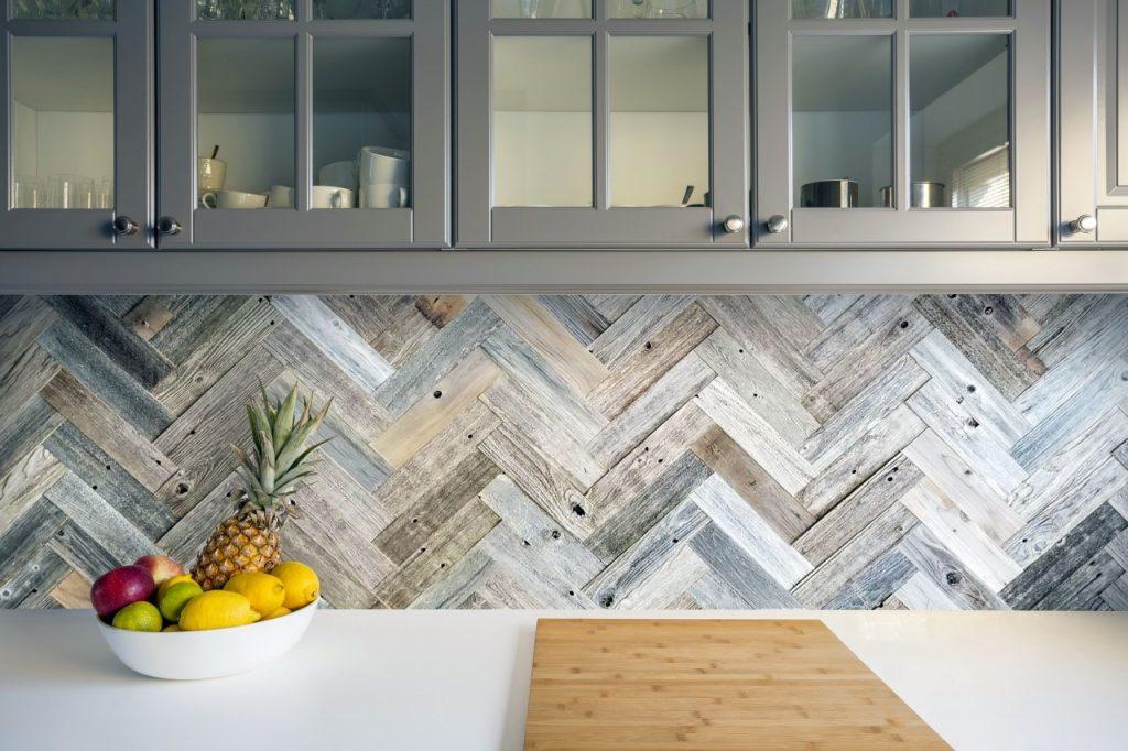 کاغذ دیواری بین کابینتها و قفسههای آشپزخانه