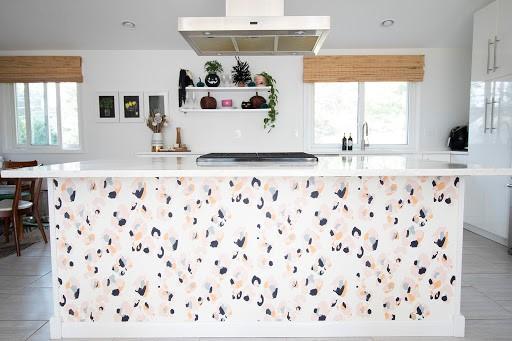 با انتخاب کاغذ دیواری مناسب برای آشپزخانه ساختار شکنی کنید