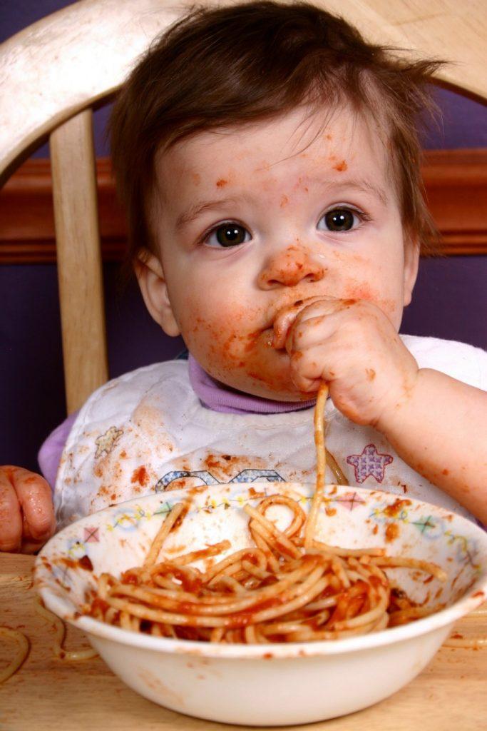 پاک کردن لکه غذا از روی لباس کودک