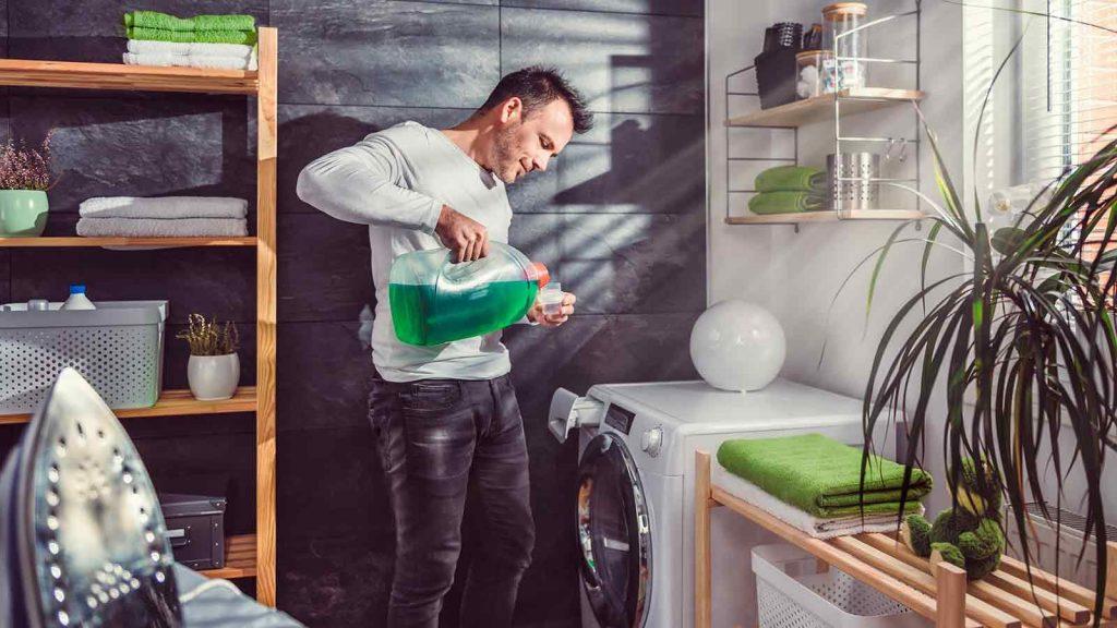 ریختن نرم کننده در محفظه جاپودری ماشین لباسشویی